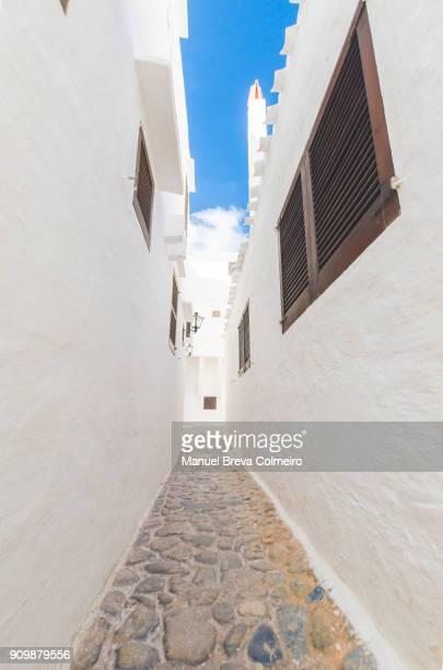 white streets of binibeca - nauw stockfoto's en -beelden