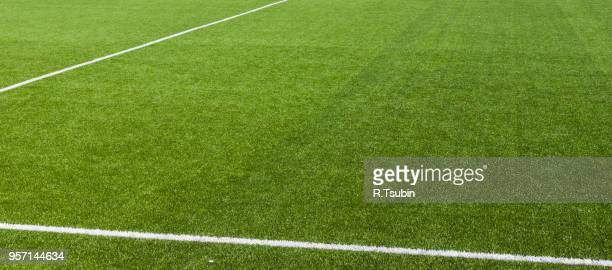 white stripe on the green soccer field from top view - voetbalveld stockfoto's en -beelden