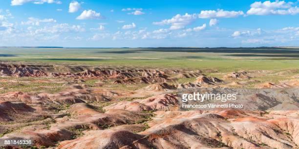 white stupa (tsagaan suvraga) sedimentary rock formations. ulziit, middle gobi province, mongolia. - nebraska stock photos and pictures