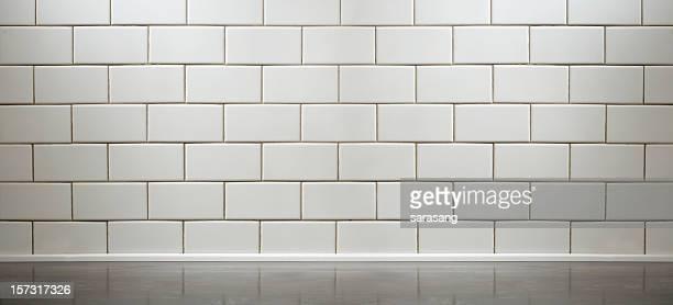 白いサブウェイタイル張りのキッチンカウンター