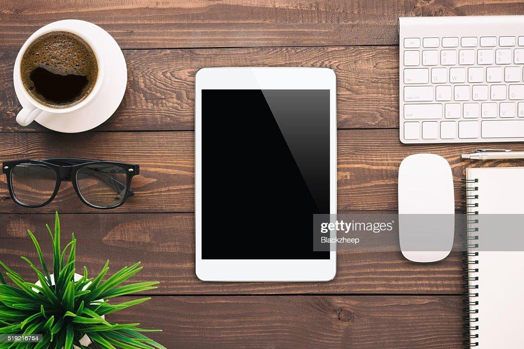 Weißen leeren Bildschirm Tablet auf Schreibtisch : Stock-Foto