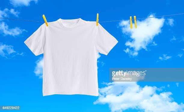 white tee shirt on washing line - wit hemd stockfoto's en -beelden