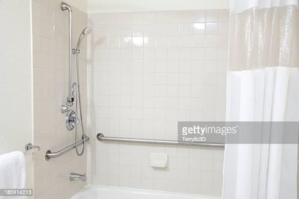 branco em mosaico casa de banho com banheira chuveiro agarrar barras para deficientes - terryfic3d imagens e fotografias de stock