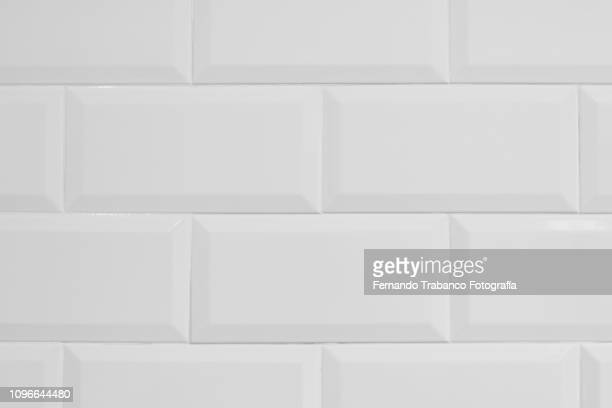 white tiles - fliesenboden stock-fotos und bilder