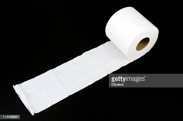 ホワイトのトイレットペーパーに黒色の背景