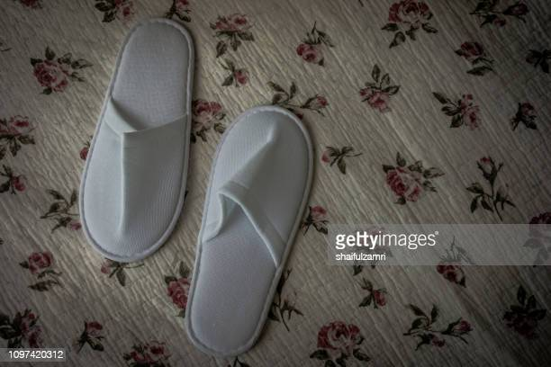 white towelling hotel disposable slippers over old and rust bed-sheet - shaifulzamri fotografías e imágenes de stock