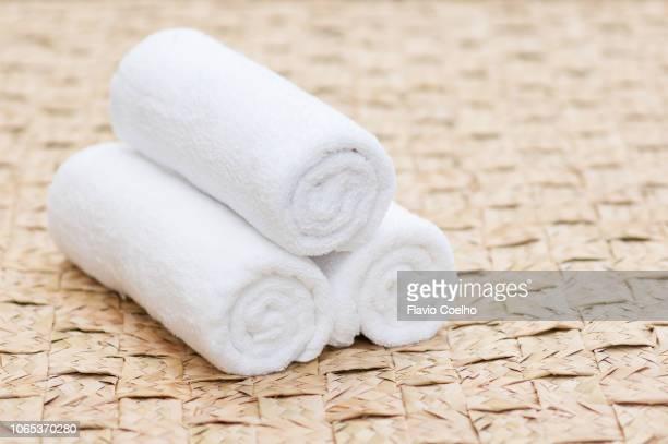 white towels on large mat - opgerold samenstelling stockfoto's en -beelden