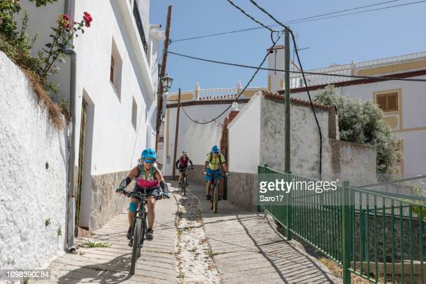 village blanc vtt à sierra nevada, andalousie, espagne. - lunettes de soleil teintées photos et images de collection