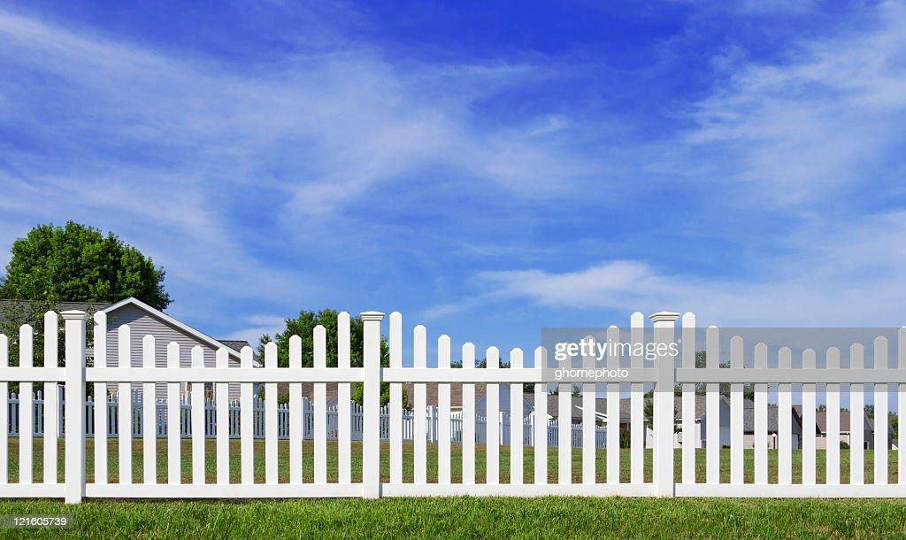 ホワイトのビニールフェンス、ブルースカイ : ストックフォト