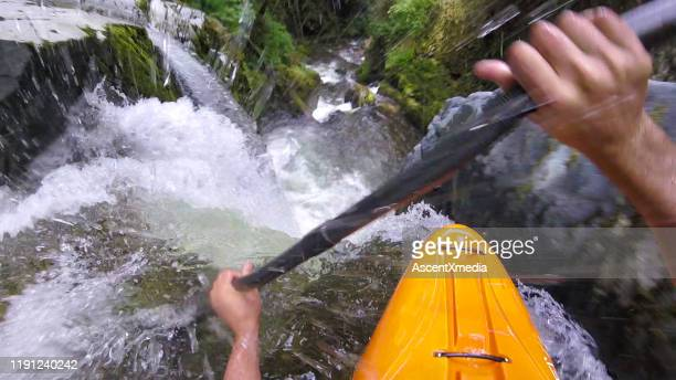 kayaker d'acqua bianca pagaia lungo la cascata - kayak foto e immagini stock