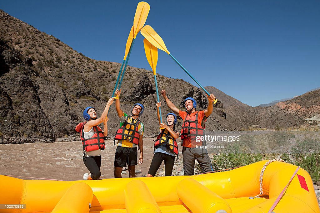 Rafting água branca levantar Remos : Foto de stock