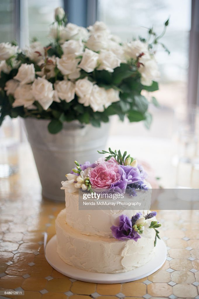white wedding cake with fresh flowers ストックフォト getty images