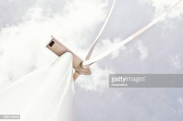 White wind turbine mit Grauer Himmel und Wolken