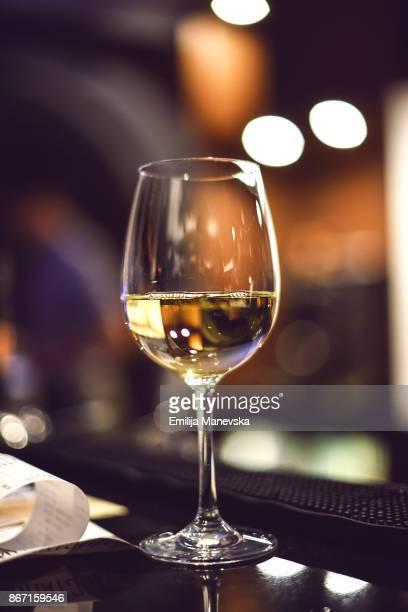 white wine in glass - chardonnay grape fotografías e imágenes de stock