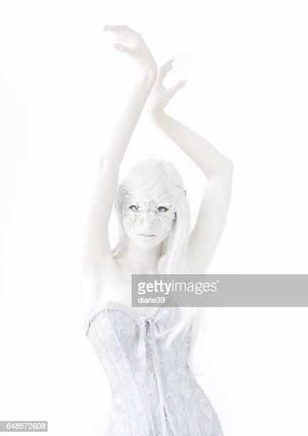 バタフライ マスクの白い女