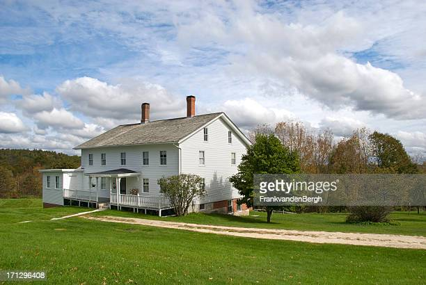white wooden new england farmhouse - farmhouse stock pictures, royalty-free photos & images