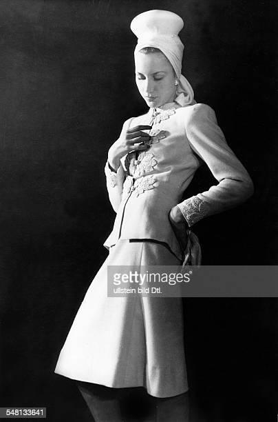 White wool dress with embroidered borders and turban; model: Romatzki - 1943 - Photographer: Regine Relang - Vintage property of ullstein bild