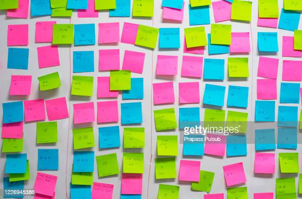 whiteboard post-it colored notes - werkstatt stock-fotos und bilder