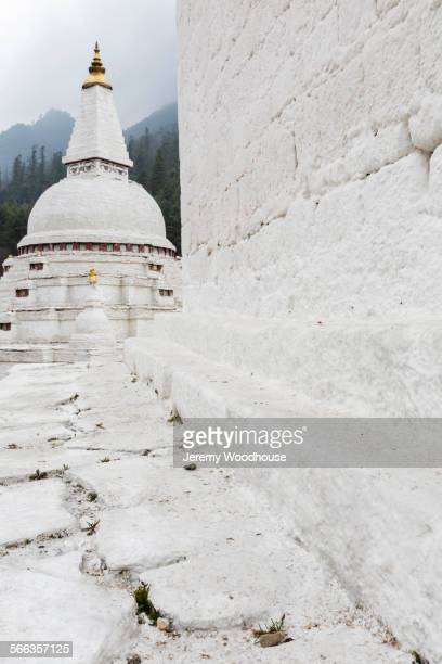 whitewashed temple in remote landscape - trongsa district stockfoto's en -beelden