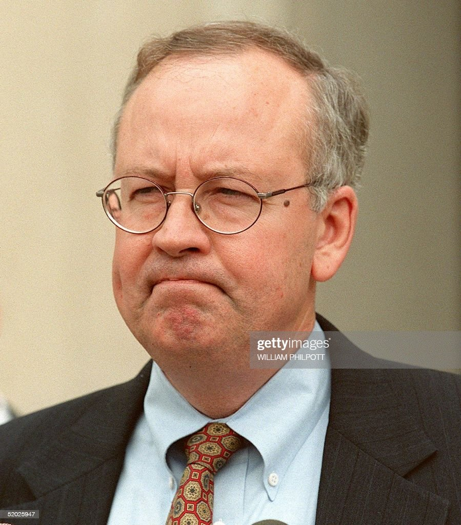 Whitewater Special Prosecutor Kenneth Starr pauses : News Photo