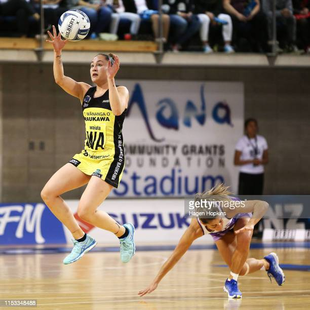 Whitney Souness of the Pulse receives a pass under pressure from Temepara Bailey of the Stars during the ANZ Premiership Netball Final between the...