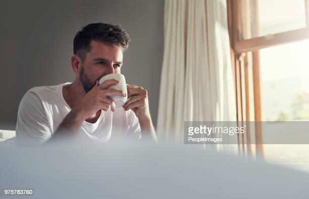 qui n'aime pas une tasse de café chaud - un seul homme photos et images de collection