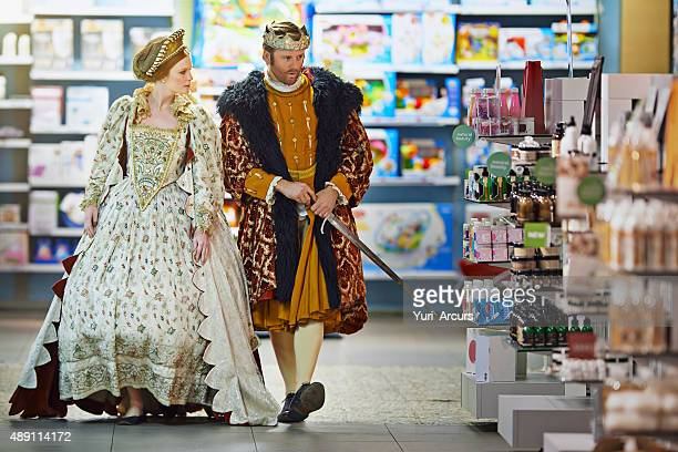 who knows what danger may lurk between these aisles m'lady - koning koninklijk persoon stockfoto's en -beelden