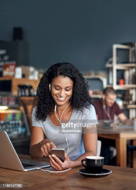 wie heeft een kantoor nodig als je coffeeshops hebt! - snackbar stockfoto's en -beelden