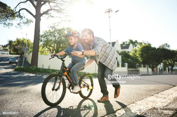 who needs training wheels when you've got dad? - bicycle stock pictures, royalty-free photos & images
