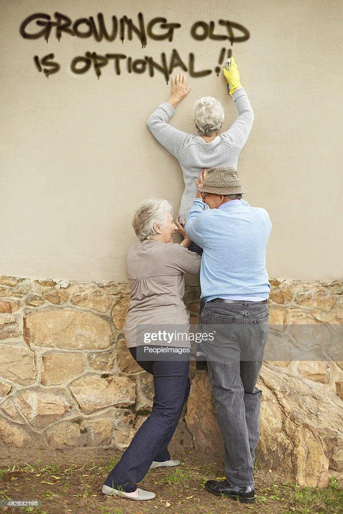 Wer sagt, dass die älteren Bürger nicht ob ausgefallen? : Stock-Foto