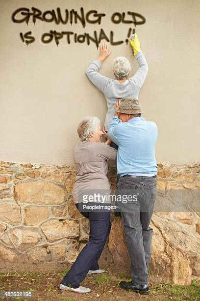 who says the elderly can't be edgy? - opstand stockfoto's en -beelden
