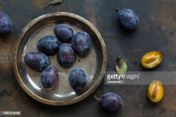 whole and sliced plums - ciruela fotografías e imágenes de stock