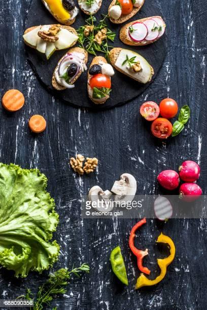 whole bread croutons and vegetables - kruisbloemenfamilie stockfoto's en -beelden