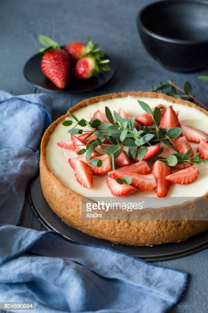 Whole cheesecake with strawberries