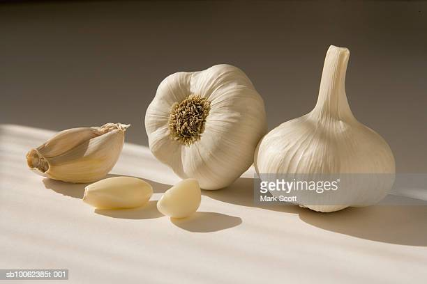 whole garlic with unpeeled cloves, close-up - garlic clove imagens e fotografias de stock