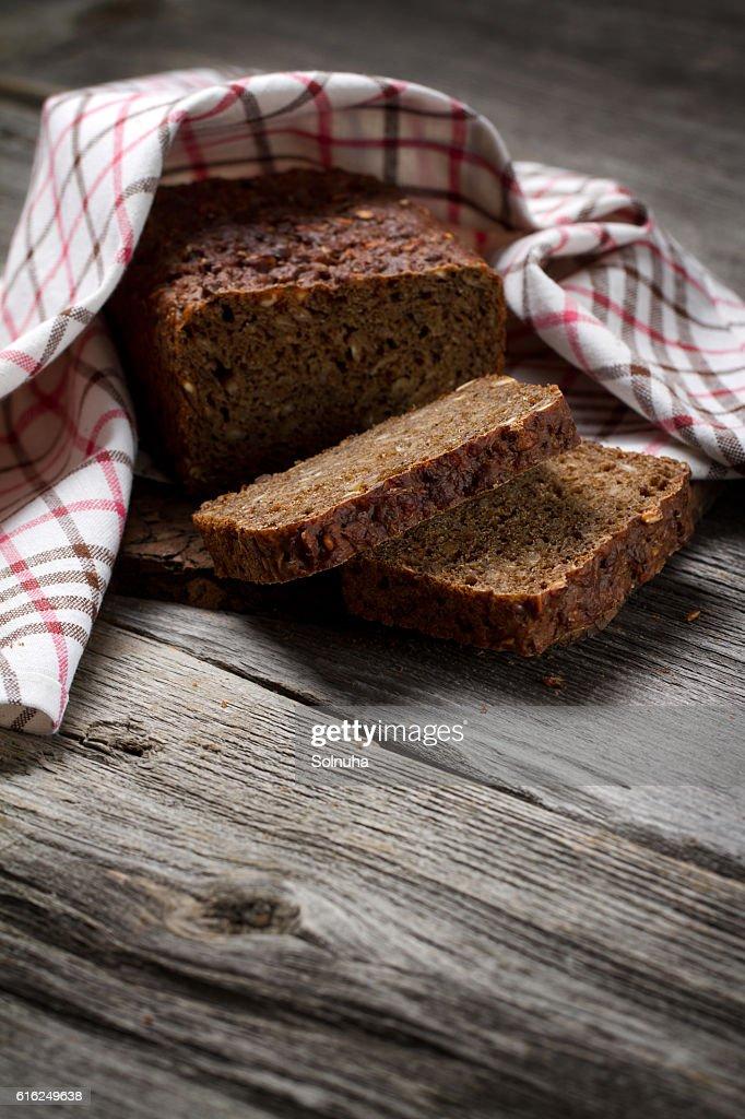 Whole grain bread on old table : Foto de stock