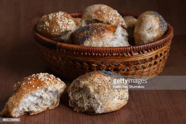 100% whole wheat french baguettes of pain d'epi style - zelfgemaakt stockfoto's en -beelden