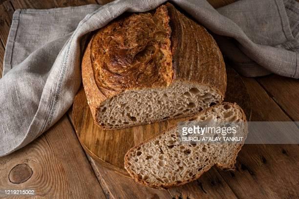 whole wheat sourdough bread - pane integrale foto e immagini stock