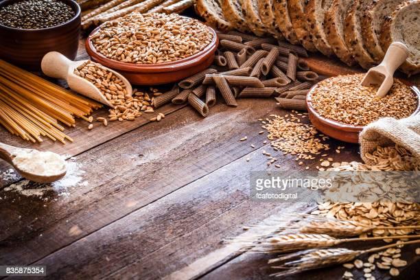 素朴な木製のテーブルで全粒食品静物撮影