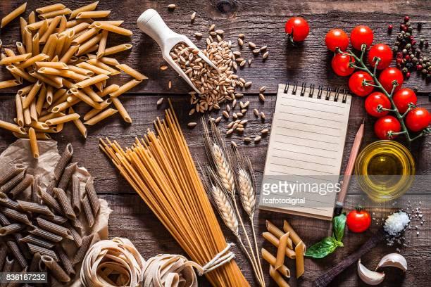 massas integrais na mesa de madeira rústica - receita - fotografias e filmes do acervo
