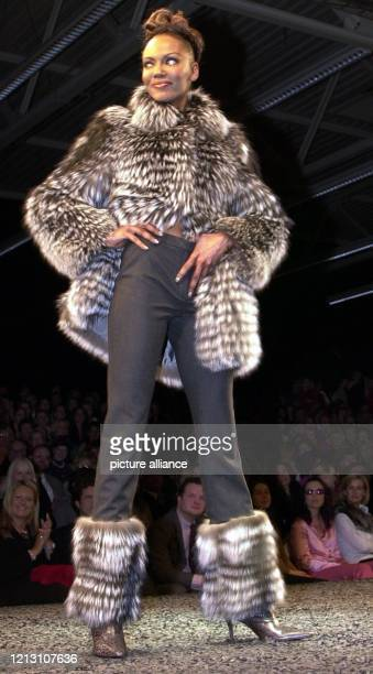 Während alle Welt noch auf den Beginn des Winters 2000 wartet, blickt das Münchner Modeunternehmen Escada naturgemäß schon in die Zukunft: Ein Model...