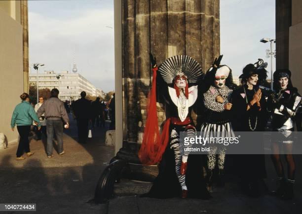Während den Feierlichkeiten zur Wiedervereinigung von Ost- und Westdeutschland am Brandenburger tor. Vor der Wende. 02.Okt. 1990 Berlin