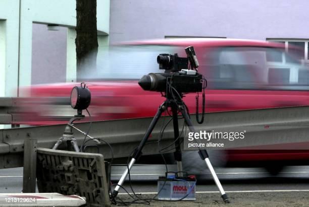 Während der Pressekonferenz zur Unfallstatistik 1999 des Regierungsbezirkes Oberfranken am 18.2.2000 in Himmelkron führt die Polizei eine...