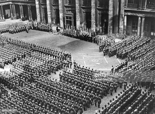 Während der Reichstagseröffnung in der Garnisonkirche in Potsdam fand im Schlüterhof des Berliner Schlosses ein Festgottesdienst für Mitglieder...