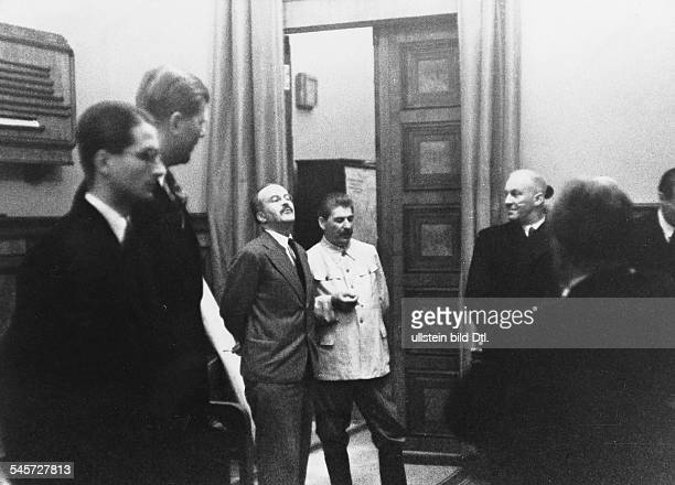 Während der Unterzeichnung des deutsch-sowjetischen Nichtangriffspaktes im Moskauer Kreml: der sowjetischeVolkskommissar des Äusseren, Wjatscheslaw...