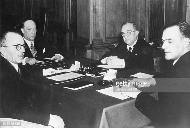 Während der Verhandlungen imAussenministerium am Konferenztisch vonrechts der als Ratspräsident amtierenderumänische Aussenminister Grigore...