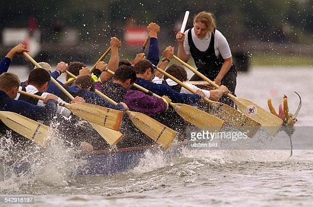 Während des vierten Internationalen Drachenbootrennens in Hamburg gibt die Trommlerin ihrem Team den Takt beim Rudern des Bootes vor