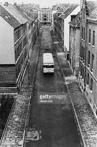 Während eines Verkehrsexperimentes in Braunschweig steht ein Bus in einer leeren Straße, um zu demonstrieren wie wenig Platz die Beförderung von...