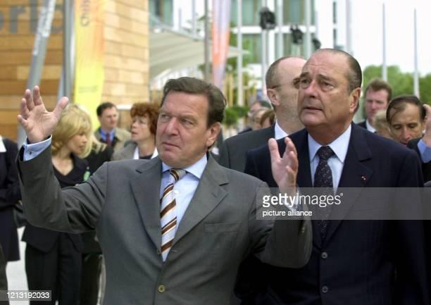 Während ihres Besuches auf der Weltausstellung Expo 2000 in Hannover erläutert Bundeskanzler Gerhard Schröder seinem Gast, dem französischen...