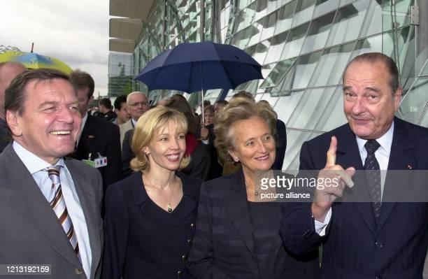 Während seines Besuches auf der Weltausstellung Expo 2000 in Hannover mahnt der französische Staatspräsident Jacques Chirac am 26.6.2000 die...